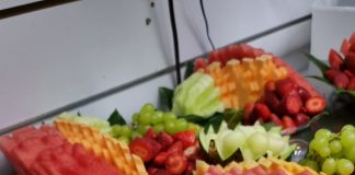החברה הכי טובה חוגגת יום הולדת עם סושי פירות מדהים